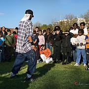 Nederland Rotterdam 23 oktober 2007 20071013 Foto: David Rozing .Serie achterstandswijk Afrikaanderwijk. Dansen voor publiek / groep mensen tijdens festival Dancin on South in het park Afrikaanderplein ..Dancin on South is een initiatief van Sport en Recreatie en wordt georganiseerd in het kader van Pact op Zuid. staat Rotterdam Zuid in het teken van Dancin on South. Gedurende 10 weken hebben 9 Lokale Cultuur Centra en Wijkaccommodaties op Zuid ieder zijn dag een uitgebreid dansprogramma met workshops, voorstellingen, demo's, live muziek en DJ's. Zien, beleven en vooral meedansen staat centraal in Dancin on South..Dansen is bewegen, dansen is cultuur, dansen doe je samen. Dancin on South is voor jong en oud, met workshops naar leeftijd en smaak..Op 13 oktober is Dancin on South afgetrapt op het Afrikaanderplein. Aangekomen met een ouderwetse Amerikaanse schoolbus gaf de danskaravaan tussen 13.00 Ð 15.30 uur een preview van de 9 weken die daarop volgen. In de danskaravaan danste het HipHopHuis mee, Cool!Tango en de Rotterdam Trojans Cheerleaders..Nu trekt de danskaravaan van Dancin on South vanaf 20 oktober, 9 weekenden lang, langs 9 Lokaal Cultuur Centra en Wijkaccommodaties in Rotterdam Zuid. Jong en oud kunnen gratis workshops volgen van onder meer Cool!Tango en het HipHopHuis. Onder de titel Your Dance my Dance geven professionele dansers presentaties van Bollywood, Capoeira, Ballroom, Flamenco en nog veel meer..Iedere ochtend van Dancin on South kun je samen met Fleur van Dance Hall een dans leren uit een videoclip..In de Dancin on South mini-cinema kunnen de senioren even terug in de tijd met dansfilmklassiekers..Alle 9 Dancin on South dagen worden feestelijk afgesloten met een open podium en een DJ. We nodigen je uit op de dansvloer om te laten zien wat je die dag hebt geleerd...Foto David Rozing/