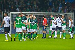 14.09.2010, Weserstadion, Bremen, GER, UEFA CL Gruppe A, Werder Bremen (GER) vs Tottenham Hotspur (UK), im Bild Nach dem Spiel Spieler versammeln sich am MIttelkeis   Younes Kaboul (Tottenham #4) Marko Arnautovic (Werder #07 ) Tim Borowski ( Werder #06) Aaron Hunt ( Werder #14 ) Torsten Frings ( Werder #22 ) Sandro Wagner ( Werder #19 ) Ledley King (Tottenham #26) Mikael SILVESTRE ( Werder #16 ) Vedran Corluka (Tottenham #22)EXPA Pictures © 2010, PhotoCredit: EXPA/ nph/  Kokenge+++++ ATTENTION - OUT OF GER +++++