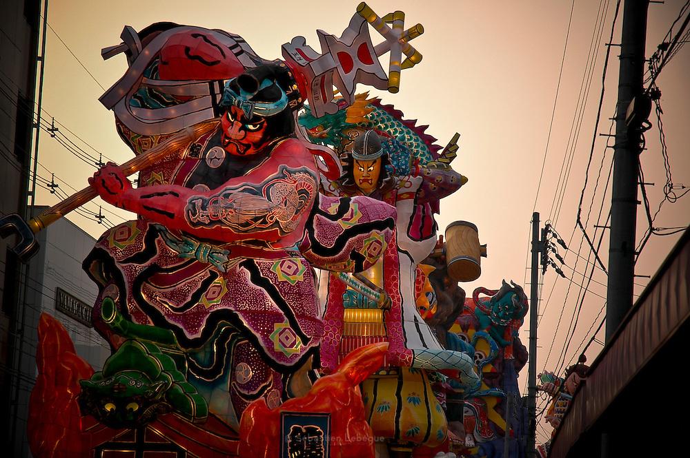 GOSHYOGAWARA, JAPAN - Aomori ken - Tati neputa matsuri Is a very famous festival in the town of Gosyogawara in Aomori prefecture. Giant lantern (over 18 m hight) cross the town on sound of taiko and bon dance - August 2005 ***[FR]*** Festival Tati-Naputa matsuri dans la ville de Gosyogawara dans la prefecture de Aomori. Des lanterne géantes de plus de 18 m de haut traversent la ville au son de Taiko et de Bon dance.