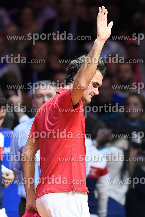 21.11.2014, Stade Pierre Mauroy, Lille, FRA, Davis Cup Finale, Frankreich vs Schweiz, im Bild Roger Federer (SUI) enttaeuscht (L) Captain Severin Luethi (SUI) // during the Davis Cup Final between France and Switzerland at the Stade Pierre Mauroy in Lille, France on 2014/11/21. EXPA Pictures &copy; 2014, PhotoCredit: EXPA/ Freshfocus/ Valeriano Di Domenico<br /> <br /> *****ATTENTION - for AUT, SLO, CRO, SRB, BIH, MAZ only*****
