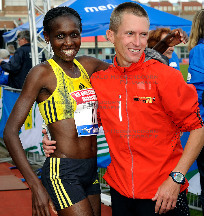 18-10-2009 ATLETIEK: AMSTERDAM MARATHON: AMSTERDAM<br /> Hilda Kibet wordt derde op de marathon en pakt het Nederlands kampioenschap en Hugo van den Broek<br /> &copy;2009-WWW.FOTOHOOGENDOORN.NL