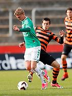 FODBOLD: Mikkel Fossum Basse (FC Helsingør) forsøger at tackle bolden fra Emil Holten (AB) under kampen i NordicBet Ligaen mellem AB og FC Helsingør den 11. maj 2017 på Helsingør Stadion. Foto: Claus Birch