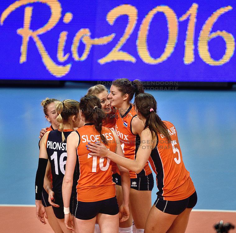 08-01-2016 TUR: European Olympic Qualification Tournament Nederland - Italie, Ankara<br /> De volleybaldames hebben op overtuigende wijze de finale van het olympisch kwalificatietoernooi in Ankara bereikt. Italië werd in de halve finales met 3-0 (25-23, 25-21, 25-19) aan de kant gezet / Laura Dijkema #14, Anne Buijs #11, Robin de Kruijf #5, Lonneke Sloetjes #10, Debby Stam-Pilon #16