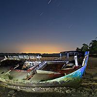 Le cimetière de bateau de l'île de Berder dans le golfe du Morbihan un soir de pleine Lune.