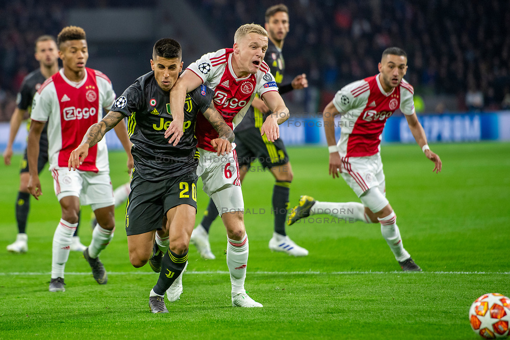 10-04-2019 NED: Champions League AFC Ajax - Juventus,  Amsterdam<br /> Round of 8, 1st leg / Ajax plays the first match 1-1 against Juventus during the UEFA Champions League first leg quarter-final football match / Joao Cancelo #20 of Juventus, Donny van de Beek #6 of Ajax