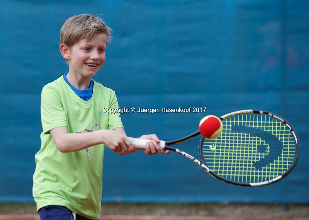 Talentino Kids Cup U9 Turnier, Kindertennis, Kinder spielen Tennis<br /> <br /> Tennis - Talentino Kids Cup U9 Turnier -  -  MTTC Iphitos - Munich - Bayern - Germany  - 3 May 2017. <br /> &copy; Juergen Hasenkopf