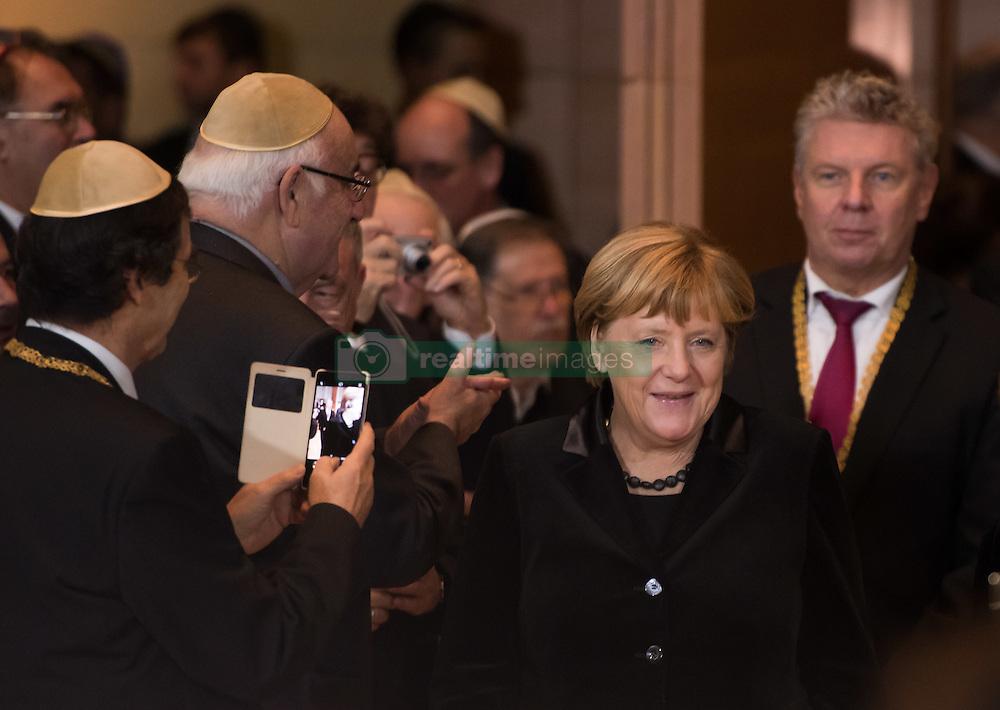 Bundeskanzlerin Angela Merkel (CDU), Muenchens Oberbuergermeister Dieter Reiter  bei der Verleihung der Ohel-Jakob Medaille an Kanzlerin Merkel anlässlich des  10. Jahrestags der Einweihung der neuen Münchner Hauptsynagoge<br /> <br /> / 091116<br /> <br /> *** Chancellor Merkel receiving the Ohel Jakob Medal at the Main Synagogue in Munich, Germany; November 9th, 2016 ***