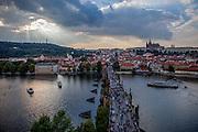 Blick auf das Prager Stadtpanorama und die Kleinseite von einem Turm der Karlsbrücke.