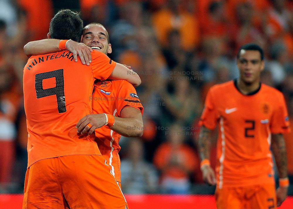 02-09-2011 VOETBAL: NEDERLAND - SAN MARINO: EINDHOVEN<br /> Nederland wint met 11-0 van San Marino / Klaas-Jan Huntelaar scores the 5-0 and celebrate this with Wesley Sneijder<br /> &copy;2011-FotoHoogendoorn.nl