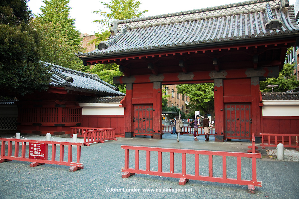 The elegant Akamon, a symbol of the University of Tokyo, is also an important national cultural treasure. Built to welcome Yasuhime, the daughter of the 13th generation Shogun Ienari, on her visit to the samurai Maeda Family in 1828, the gate got its name from its beautiful vermilion color, and its eaves still retain the Maeda Family crest