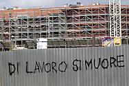 """Roma Aprile 2008.""""Di lavoro si muore"""" scritto sulla recinzione di un cantiere edile al quartiere della Bufalotta.Rome April 2008.""""Of work he die"""" written on the fence of a construction site in the district of Bufalotta ."""