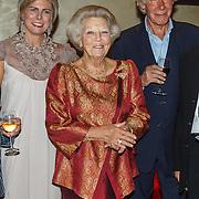 NLD/Amsterdam/20150914 -Jubileumvoorstelling Paul van Vliet 80 Jaar, Prinses Laurentien, Prinses Beatrix met Paul van Vliet