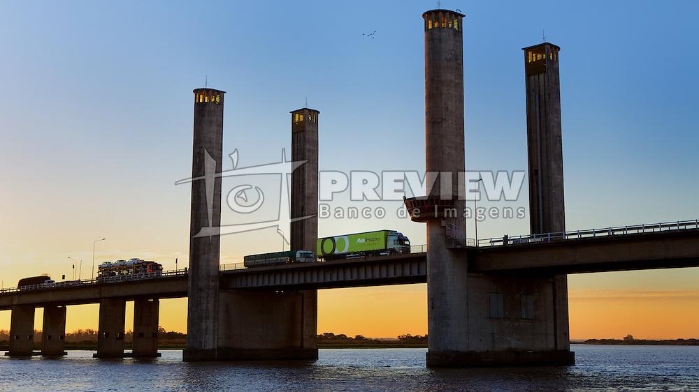 Caminhão da Multi Armazéns cruzando a ponte do Guaíba, em Porto Alegre. FOTO: Jefferson Bernardes/Preview.com