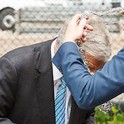 NLD/Utrecht/20160518 - Bezoek Koning Willem-Alexander aan het Hubrecht Instituut Utrecht, burgemeester Jan van Zanen krijgt zijn ambtsketting omgehangen