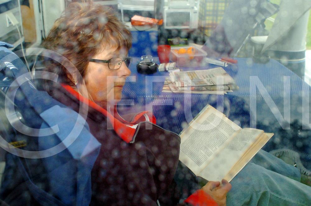 060523, ommen, ned,<br /> Diny Bloem uit Emmen staat met de caravan op de camping in Ommen, Door het slechte weer blijft ze er niet lang, Veel regen en af en toe zonneschijn,<br /> fotografie frank uijlenbroek&copy;2006 michiel van de velde