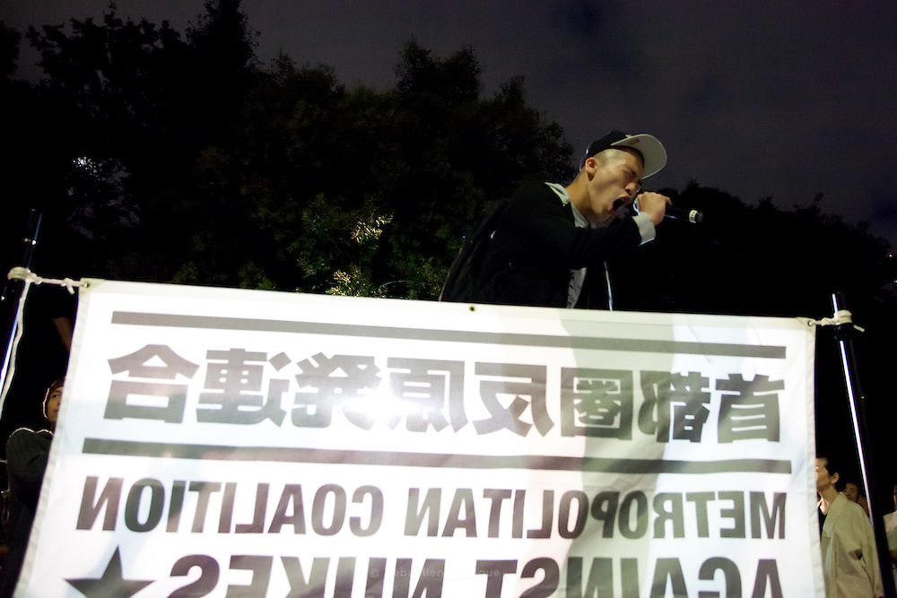 """TOKYO, JAPAN, 28 SEPTEMBER - Kasumigaseki -  The leader of the group Drums of Fury screaming """"Gempatsu iranai !"""" (we don't need nuclear ! ) at the anti-nuclear demostration in front of  the National Diet Bulding (Kokkai Gijidou) - Every Friday, from 6:00 to 9:00 PM, thousands of people are protesting about  the resuption of the nuclear power after Fukushima's crisis. - October 2012"""