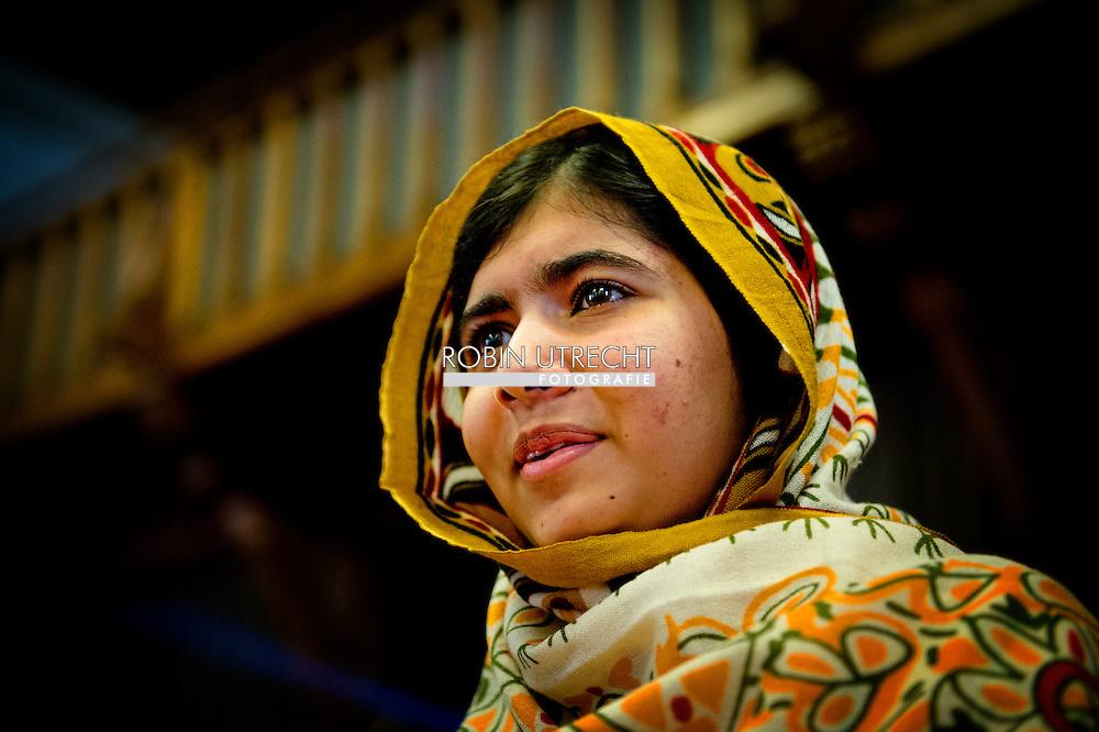 6 -9 -2013 DEN HAAG - De 16-jarige Malala Yousafzai (R) uit Pakistan heeft de Internationale Kindervredesprijs 2013 gewonnen. Yousafzai ontving de prijs uit handen van de mensenrechtenactiviste Tawwakol Karman uit Jemen, winnares van de Nobelprijs voor de Vrede in 2011. COPYRIGHT ROBIN UTRECHT
