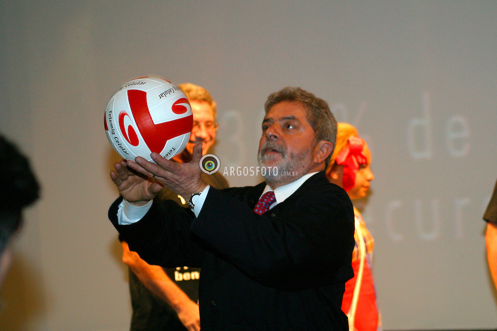 Sao Paulo, SP, Brasil. 10/Fev/2004.O Presidente Luis Inacio Lula da Silva na abertura da Expo Fome Zero, no Expo Center Norte em Sao Paulo. Lula recebe uma bola de volei do jogador Giovanni./ The President of Brazil Luis Inacio Lula da Silva on the opening of Expo Zero Hunger. He gets a volleyball from the player Giovanni..Foto Marcos Issa/Argosfoto