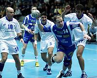Håndball, europacup  herrer, 15. desember 2001. Drammen Håndballklubb - Doukas School 29-21. Knut-Helge Jacobsen, Drammen (DHK), scorer.