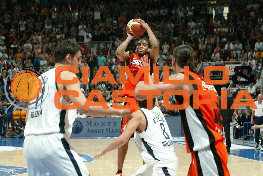DESCRIZIONE : Bologna Lega A1 2005-06 Climamio Fortitudo Bologna Snaidero Udine  <br /> GIOCATORE : Hill<br /> SQUADRA : Snaidero Udine <br /> EVENTO : Campionato Lega A1 2005-2006 <br /> GARA : Climamio Fortitudo Bologna Snaidero Udine <br /> DATA : 14/05/2006 <br /> CATEGORIA : tiro<br /> SPORT : Pallacanestro <br /> AUTORE : Agenzia Ciamillo-Castoria/G.Livaldi <br /> Galleria : Lega Basket A1 2005-2006 <br /> Fotonotizia : Bologna Campionato Italiano Lega A1 2005-2006 Climamio Fortitudo Bologna Snaidero Udine <br /> Predefinita :