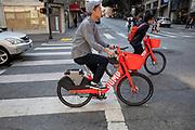 Amerika, San Francisco, 01-09-2018<br /> In San Francisco rijden fietser op rode elektrische huurfietsen van Jump, een onderdeel van Uber, door het centrum. De Amerikaanse stad San Francisco aan de westkust is een van de grootste steden in Amerika en kenmerkt zich door de steile heuvels in de stad. <br /> <br /> A cyclist in San Francisco. The US city of San Francisco on the west coast is one of the largest cities in America and is characterized by the steep hills in the city.<br /> Foto: Bas de Meijer / De Beeldunie