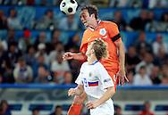 21-06-2008: Voetbal: Nederland-Rusland: Basel <br /> Joris Mathijsen kopt de bal verkeerd terug op Van der Sar waardoor Pavlyuchenko gevaarlijk kan worden<br /> Foto: Geert van Erven