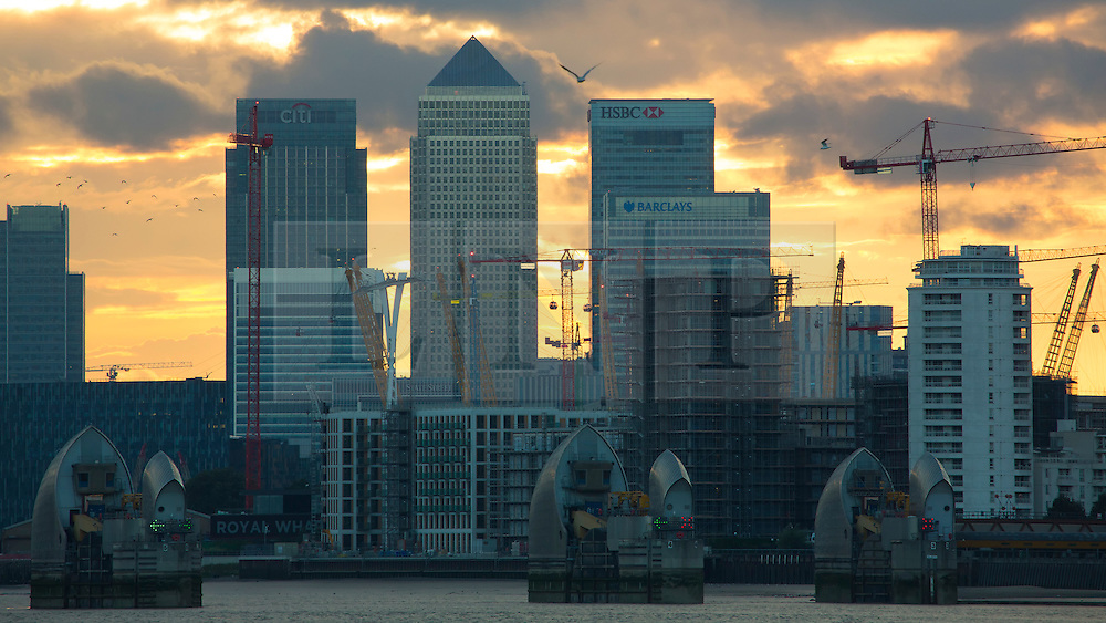 © Licensed to London News Pictures. 29/08/2016. Bank Holiday weekend sunset. Sun setting over the Thames behind Canary Wharf last night (28th August) Credit : Rob Powell/LNP