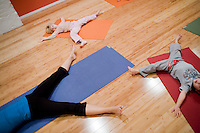 8 Novembre, 2008. Brooklyn, New York.<br /> <br /> Brigid Preston (in alto), 4 anni, e Mikel Mangoven, 3 anni, seguono un corso di yoga per famiglia con l'istruttrice Ute Kirchgaessner (sinistra) al Bend &amp; Bloom Yoga a Park Slope, Brooklyn, NY. Park Slope, spesso definito dai newyorkesi come &quot;The Slope&quot;, &egrave; un quartiere nella zona ovest di Brooklyn, New York, e confinante con Prospect Park.  Park Slope &egrave; un quartiere benestante che ha il maggior numero di nascite, la qualit&agrave; della vita pi&ugrave; alta e principalmente abitato da una classe media di razza bianca. Per questi motivi molte giovani coppie e famiglie decidono di trasferirsi dalle altre municipalit&agrave; di New York a Park Slope. Dal punto di vista architettonico, il quartiere &egrave; caratterizzato dai brownstones, un tipo di costruzione molto frequente a New York, e da Prospect Park.<br /> <br /> &copy;2008 Gianni Cipriano for The New York Times<br /> cell. +1 646 465 2168 (USA)<br /> cell. +1 328 567 7923 (Italy)<br /> gianni@giannicipriano.com<br /> www.giannicipriano.com