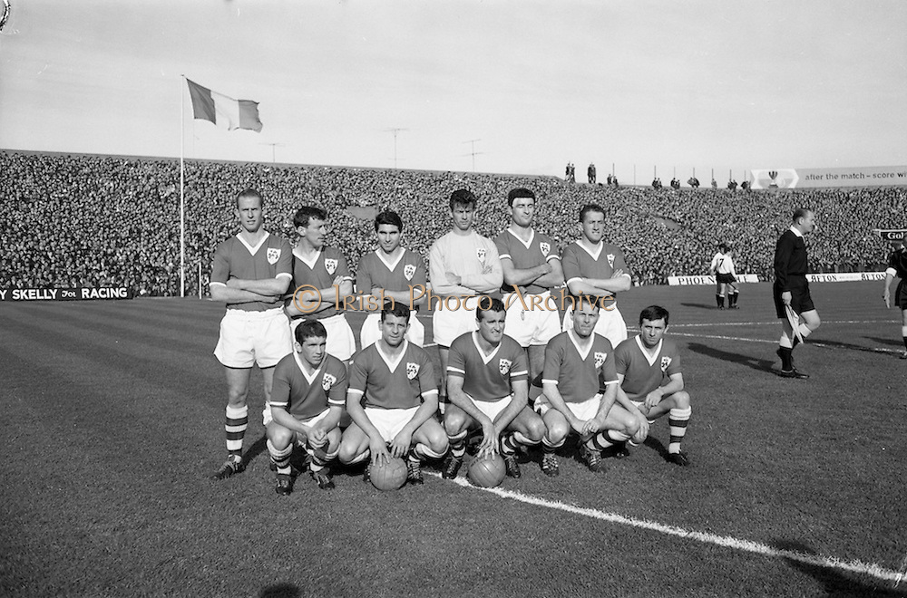 13/10/1963<br /> 10/13/1963<br /> Ireland v Austria, European Championship match at Dalymount Park, Dublin. Ireland won the game 3-2. The Irish team: Back row (l-r): Ray Brady, Mick McGrath, Tony Dunne, Alan Kelly, Charlie Hurley, Tommy Traynor. Front row (l-r): John Giles, Andy McEvoy, Noel Cantwell, Ambrose Fogarty and Joe Haverty.