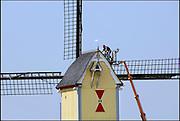 Nederland, Overasselt, 26-4-2007..Mannen, bouwvakkers zijn bezig met een reparatie van het dak van een oude, historische uit hout opgetrokken molen..Foto: Flip Franssen/Hollandse Hoogte