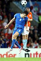 GEPA-0906081253A - BERN,SCHWEIZ,09.JUN.08 - FUSSBALL - UEFA Europameisterschaft, EURO 2008, Niederlande vs Italien. Bild zeigt Luca Toni (ITA) und Andre Ooijer (NED).<br />Foto: GEPA pictures/ Walter Luger