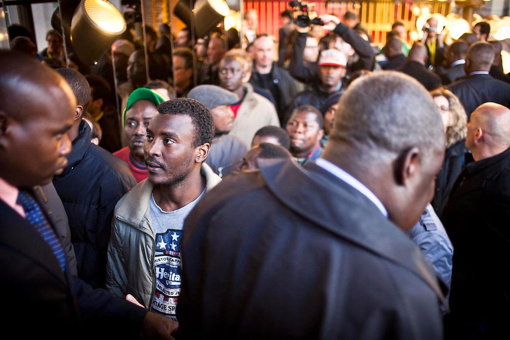 Alcuni rappresentanti del mondo politico africano passano accanto alla delegazione dei migranti nel Teatro Regio. L'inaugurazione della Biennale Democrazia è l'occasione per l'incontro con Laura Boldrini, presidente della Camera e Piero Fassino sindaco di Torino che avviene a breve. Torino, 10-04-'13.