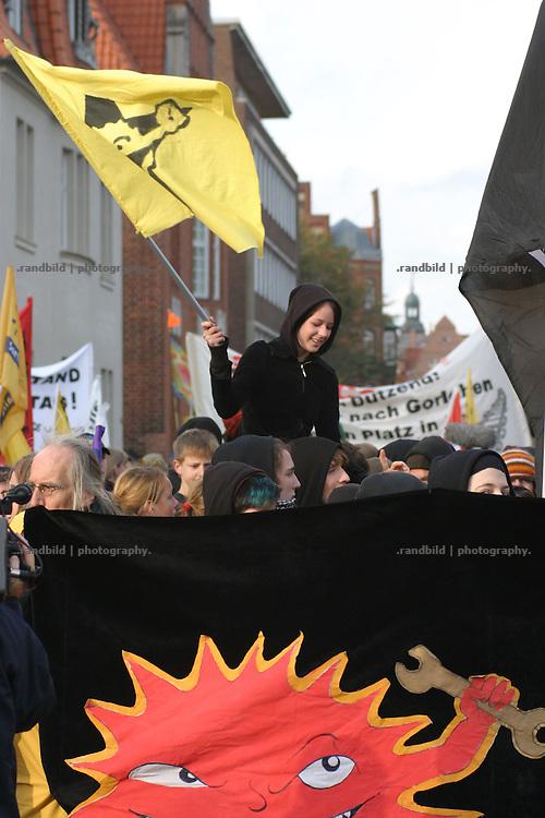 5.000 Atomkraftgegner demonstrierten am 05.11.2005 in Lüneburg gegen eine geplante Laufzeitverlängerung der AKW und einen anstehenden castortransport...5000 people demonstrate in Lüneburg againts a scheduled transport of nuclear waste to Gorleben.