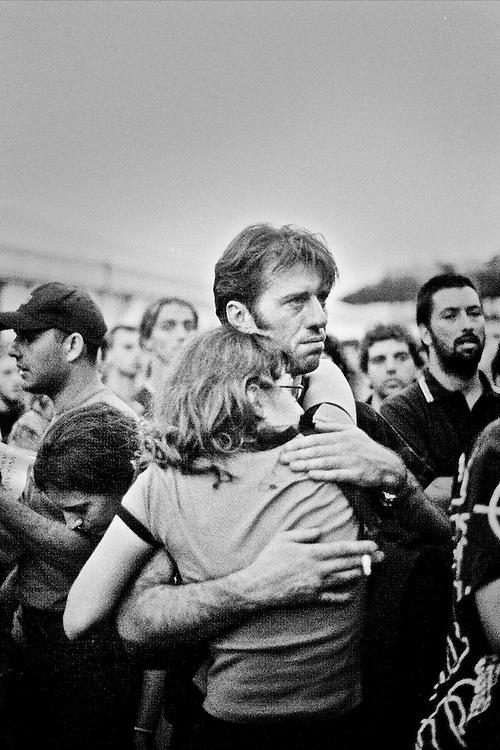 Genova, venerdì 20 luglio 2001. Giornata delle piazze tematiche. Dopo il corteo della disobbedienza civile, tristezza e solidarietà tra manifestanti allo stadio Carlini.
