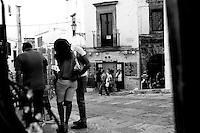 Immagine di due innamorati riflessi nello specchio mentre osservano dei souvenir in una domenica pomeriggio a passeggio in Ostuni vecchia