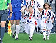 22-08-2009 Voetbal:Willem II:Heracles Almelo:Tilburg<br /> Stoer met de spelers hand in hand het veld op denken deze kleine supporters<br /> Foto: Geert van Erven
