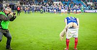 Fotball<br /> Tippeligaen<br /> Vålerenga VIF - Odd<br /> Ullevaal Stadion 01.11.15<br /> Morten Berre hylles i sin avskjedskamp på Ullevål Stadion , her hyller han klanen på sin måte<br /> Foto: Eirik Førde
