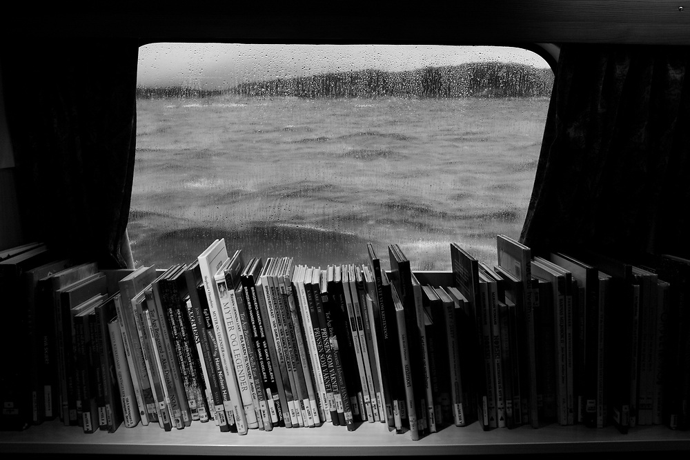 Books on the shelves on board the library boat EPOS..Photo by Knut Egil Wang /MOMENT