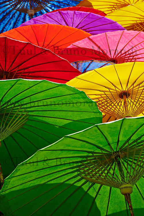 Thailande, Chaing Mai, fabrication d ombrelles a Bor Sang // Thailand, Chiang Mai, umbrella at Borsang Handicraft Village