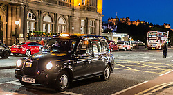 THEMENBILD - ein Taxi haltet an einer Ampel , Edinburgh, Schottland, aufgenommen am 14. Juni 2015 // a taxi hold at a traffic light, Edinburgh, Scotland on 2015/06/14. EXPA Pictures © 2015, PhotoCredit: EXPA/ JFK