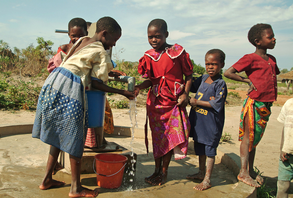 Africa. Mozambique. Niassa Province. Manda Abusi village.Children at the water pump..CD0009