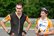 Trainer Niels Lommers praat met een teleurgestelde Wil Baselmans. HPT Delft en Amsterdam is in Senftenberg voor de recordpogingen op de Dekra baan.<br />
