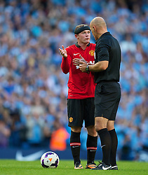 22.09.2013, Etihad Stadion, Manchester, ENG, Premier League, Manchester City vs Manchester United, 5. Runde, im Bild Manchester United's Wayne Rooney argues with referee Howard Webb during the English Premier League 5th round match between Manchester City and Manchester United at the Etihad Stadium, Manchester, Great Britain on 2013/09/22. EXPA Pictures © 2013, PhotoCredit: EXPA/ Propagandaphoto/ David Rawcliffe<br /> <br /> ***** ATTENTION - OUT OF ENG, GBR, UK *****