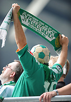 FUSSBALL   1. BUNDESLIGA   SAISON 2011/2012    5. SPIELTAG SV Werder Bremen - Hamburger SV                         10.09.2011 Ein Fan mit Werder-Schal und Ball auf dem Kopf