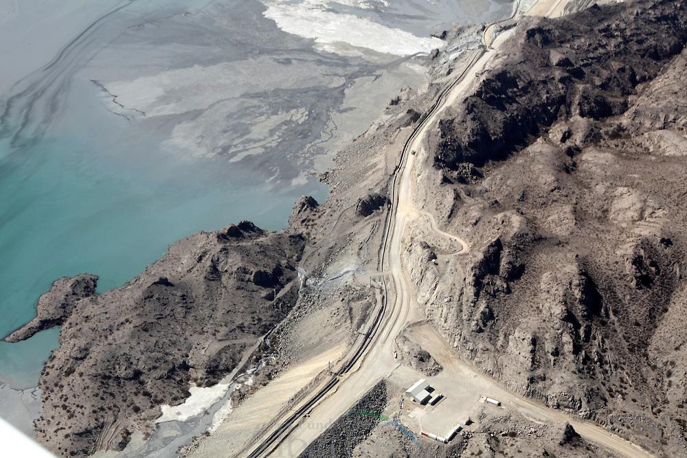 Minera Alumbrera YMAD-UTE es una sociedad conformada por el estado argentino y empresas p&uacute;blicas encargada de desarrollar actividades mineras en el Bajo de la Alumbrera, ubicado al este de la provincia de Catamarca en el departamento Bel&eacute;n, al oeste de la cordillera de los Andes y a una altura de 2.600 metros sobre el nivel del mar.<br /> <br /> Bajo de la Alumbrera es uno de los principales yacimientos metal&iacute;feros del mundo que se explota a cielo abierto, en el cual se invirtieron US$ 800 millones para su puesta en marcha en 1997. La producci&oacute;n minera anual asciende a 120 millones de toneladas m&eacute;tricas. El material se extrae con cuatro palas el&eacute;ctricas de gran escala y se transporta a trav&eacute;s de una flota de 36 camiones mineros con capacidad para 220 toneladas. <br /> <br /> El yacimiento se encuentra a una distancia de 400 Km. al noroeste de San Fernando del Valle de Catamarca y a 320 Km. al sudoeste de San Miguel de Tucum&aacute;n. La ruta que posibilita el acceso a la mina es la Nacional N&ordm; 40 que une las localidades de Bel&eacute;n, Los Nacimientos y Santa Mar&iacute;a.<br /> <br /> &copy;Alejandro Balaguer/Fundaci&oacute;n Albatros Media.