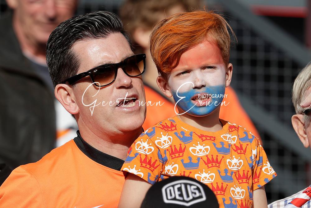 04-06-2017 VOETBAL:NEDERLAND-IVOORKUST:ROTTERDAM<br /> Oranje oefende tegen Ivoorkust vanavond in De Kuip<br /> <br /> Jonge supporter van oranje met zijn vader<br /> <br /> Foto: Geert van Erven