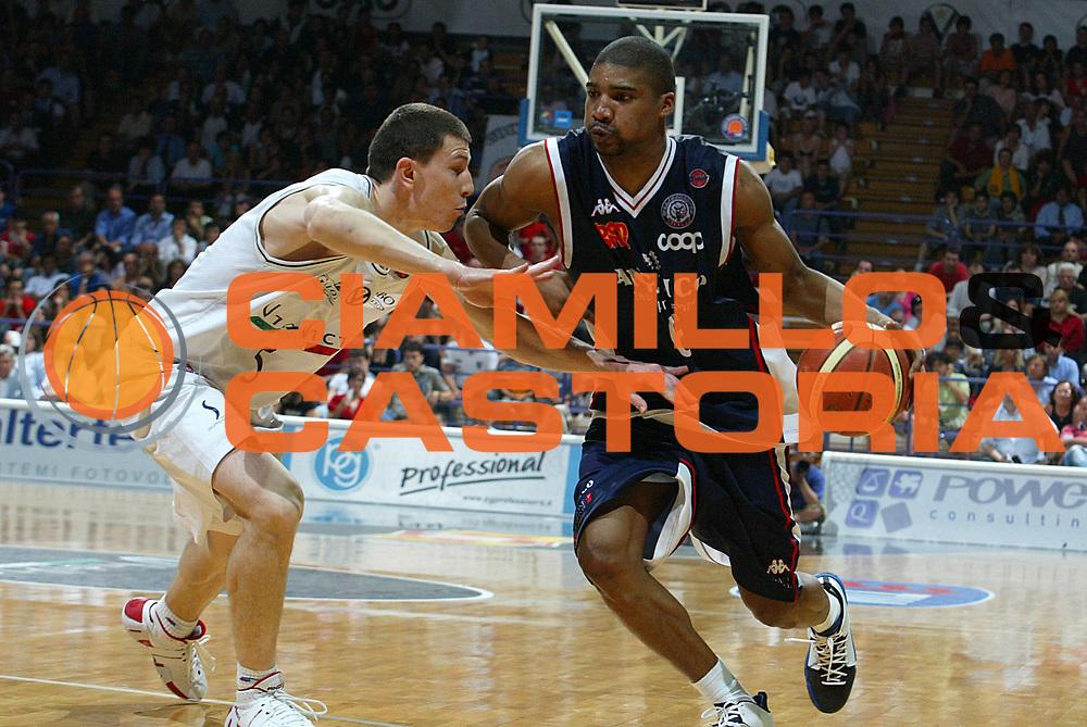 DESCRIZIONE : Bologna Lega A1 2006-07 Playoff Quarti di Finale Gara 3 VidiVici Virtus Bologna Angelico Biella <br /> GIOCATORE : Gaines <br /> SQUADRA : Angelico Biella <br /> EVENTO : Campionato Lega A1 2006-2007 Playoff Quarti di Finale Gara 3 <br /> GARA : VidiVici Virtus Bologna Angelico Biella <br /> DATA : 22/05/2007 <br /> CATEGORIA : Penetrazione <br /> SPORT : Pallacanestro <br /> AUTORE : Agenzia Ciamillo-Castoria/M.Minarelli