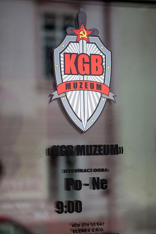 Eingangstür zum KGB Museum auf der Prager Kleinseite.
