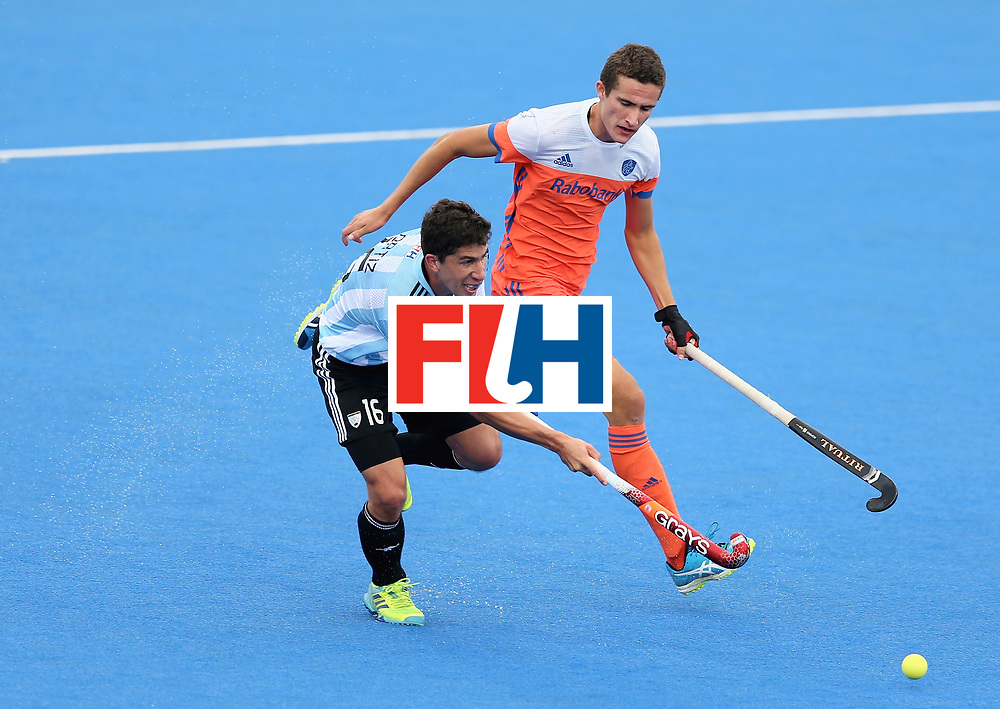 LONDON, ENGLAND - JUNE 25: Ignacio Ortiz of Argentina breaks away from Jonas de Geus of the Netherlands during the final match between Argentina and the Netherlands on day nine of the Hero Hockey World League Semi-Final at Lee Valley Hockey and Tennis Centre on June 25, 2017 in London, England. (Photo by Steve Bardens/Getty Images)