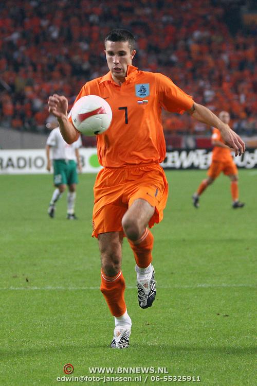 NLD/Amsterdam/20070908 - Kwalificatiewedstrijd EURO 2008, Nederland - Bulgarije, Robin van Persie in duel met